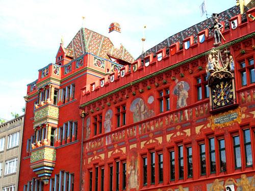 dominant und trotzdem stilvoll - das feuerrote Basler Rathaus