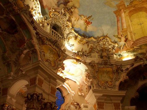 die Wessobrunner Stukateure schufen hier eine musikalische anmutende Architektur-Ornamentik