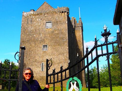 Hanni machte sich gut als Burg-Frau - sie entdeckte das offene Parktor
