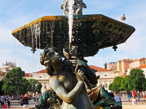 Hauptplatz in Lisboa mit dem Brunnen des Alfonso