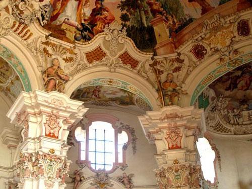 der Vergleich zur Wieskirche ist interessant, siehe dazu das Photo der Wieskirche - in Teil 1