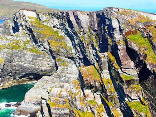 die Klippen zerklüftet, farblich wunderbar abgestimmt durch die Farben der Natur