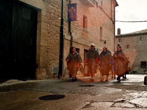 fröhlich singend zog diese Pilgergruppe durch den Ort