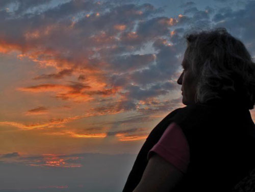Hanni meditierte versonnen in den rot schimmendernden Abendhimmel hinein