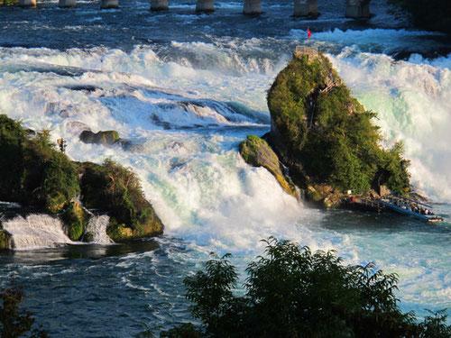 373 Kubikmeter Wasser pro Sekunde stürzen zwischen den Felsen abwärts