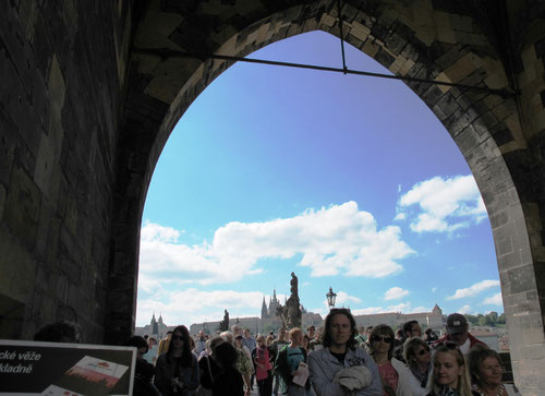 auf der Karlsbrücke drängeln sich die Touristen aus der ganzen Welt