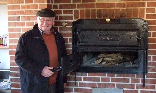 Josef Schröer zeigt den Backofen im Backhaus des Heimatvereins