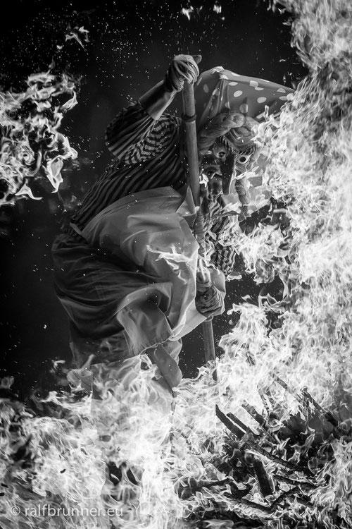 """eine """"Feuersocke"""" der Schellenberg-Hexen beim spektakulären Sprung durch die Flammenwand."""