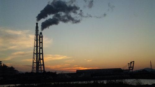九州電力発電所の夕暮れ