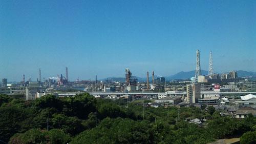 窓から見える工場地帯