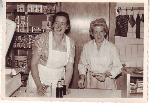 Anni Grabbe im Laden mit Brigitte Braun