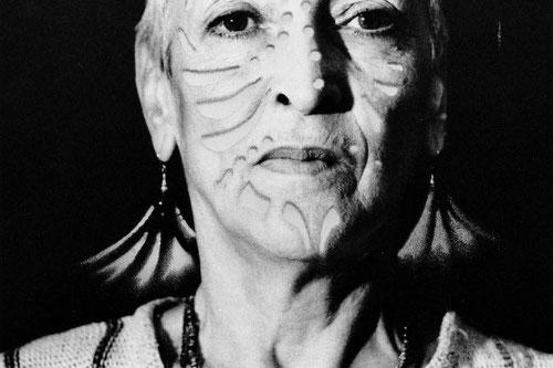 Das Gesicht hinter den Mustern: Meret Oppenheim, in Szene gesetzt von Heinz Günter Mebusch. (Bild: akg-images)