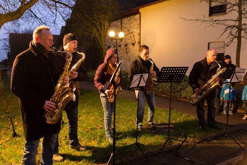 Das Saxophonensemble der Kultuskapelle sorgte letzte Woche für weihnachtliche Klänge: Martin Kuntz, Clemens Kuntz, Lea-Susan Schmatz, Markus Metz, Jürgen Lutzke (v.l.n.r) Foto: Hirsch
