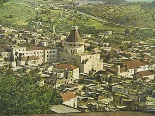 Photo prise en 1970. On y voit la Basilique construite depuis peu – consacrée en 1968 – entourée des bâtiments des P.P. Franciscains.