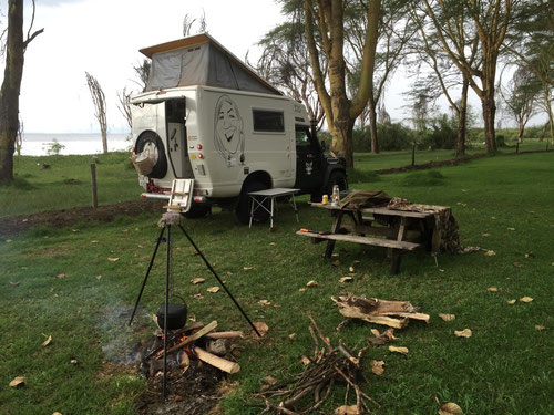 Kochen und grillen am offenen Feuer am Lake Naivacha