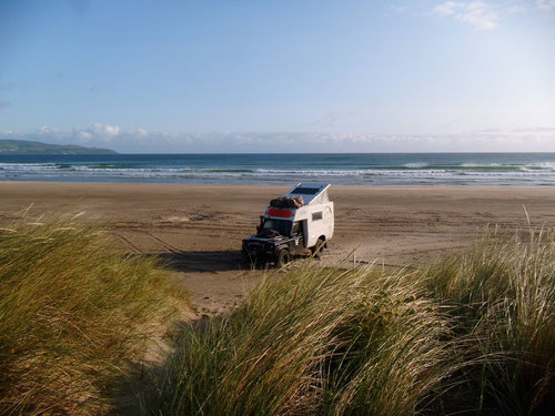 """19.07.2015: Nach längerem Suchen fanden wir in der """"Stragill Beach"""" wieder ein lauschiges Plätzchen für die Nacht direkt am, resp auf dem Strand, es fehlten bei Flut noch knappe 15 Meter bis zum Wasser."""