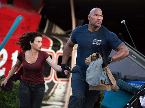 Carla Gugino et Dwayne Johnson: finalement il faut fuir la faille, forcément (©Warner Bros).
