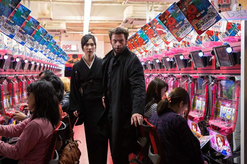 Tao Okamoto et Hugh Jackman: l'amour en fuite (©20th Century Fox)