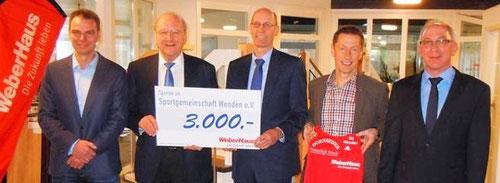 Unternehmensgründer Hans Weber übergibt den Scheck an Kunibert Rademacher. Daneben links Holger Keller, SG-Vorsitzender, 2. von rechts Trainer Egon Bröcher, ganz rechts Andreas Bayer, Werkleitung Hünsborn.