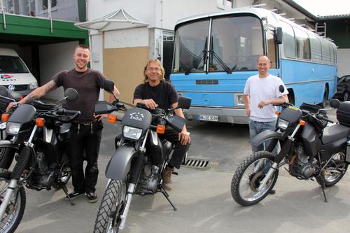 Sven, Werner und Till mit den Bikes und dem Bus