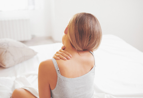 Fibromyalgie (Fibromyalgiesyndrom) ist eine nicht-entzündliche Erkrankung, die durch eine verhärtete Muskulatur gekennzeichnet ist und als Sonderform des Weichteilrheumatismus gilt.