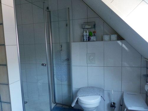 Bad, Regendusche, Toilette, 2 Waschbecken