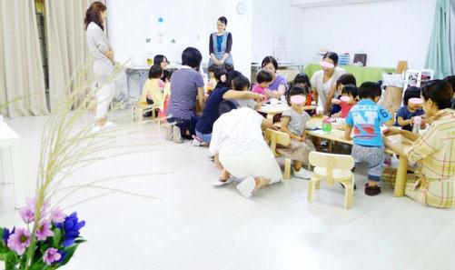 ステッラコース(1歳児)がモンテッソーリ活動の一環としてお月見のお団子づくりをして、日常生活の練習を行っています。