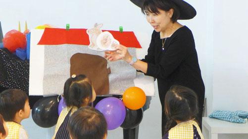 リトミックのパネルシアターでお家を設定、いろいろな動物が出てきて、生徒の「Trick or Treat!」の声で食べ物をくれました。
