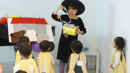 ハロウィンにちなんだリトミックで、フィオーレコース(2歳児)のお友だちが自分たちで作ったキャンディレイをもらいました。