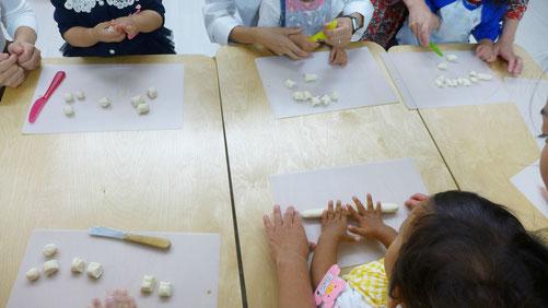 ステッラコース(1歳児)、ピッコロコース0歳児)は、モンテッソーリ活動で日常生活の練習の一環として、月見団子づくりを行いました。