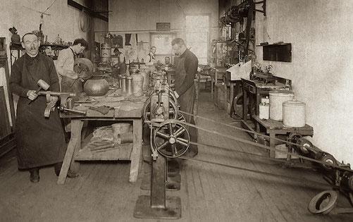 Dirk van Erp staand rechts in zijn shop te Oakland