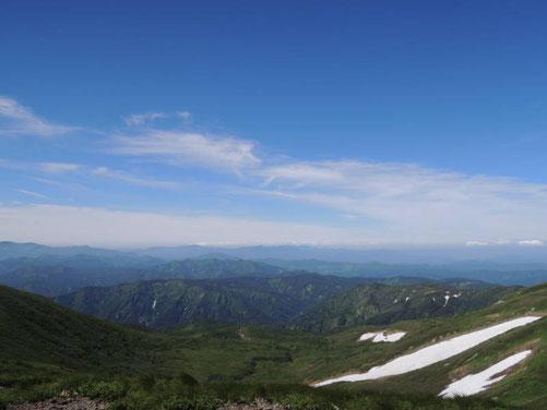 奥羽山脈の中部に属する焼石連峰の主峰、焼石岳(1548m)より秋田方面を望む。左に栗駒山、右に鳥海山が見えました