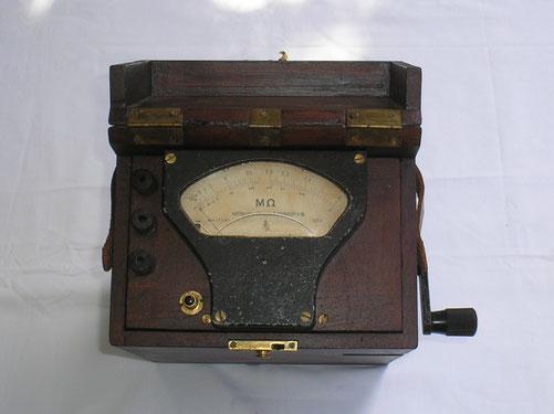 Hartmann & Braun Isolations Messgerät mit Induktor und Fallbügel. Messbereich Erweiterung durch Hersteller.