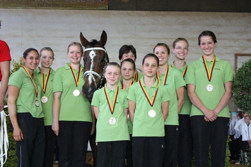 LM 2011 - M*-Gruppe auf dem Treppchen mit ihrer Trainerin Heide Pozepnia und dem Pferd Parvos