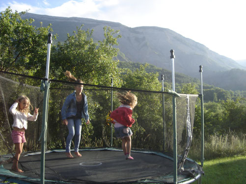 une tripotée d'enfants qui filent entre nos jambes, sautent sur le trampoline, dévalisent les gâteaux apéro
