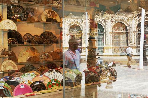 Photographie, Espagne, Andalousie, Séville, El Centro, façade plateresque, magasin, éventail, vitrine, plaza San Francisco, reflet personnage, Mathieu Guillochon.