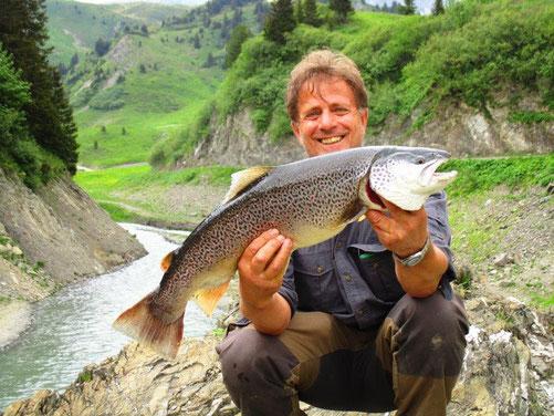 Traum-Bachforelle unseres Mitgliedes und Aufsichtsfischers Norbert aus dem Spullersee letzte Woche! 72 cm / 4,5 kg. PETRI HEIL!!