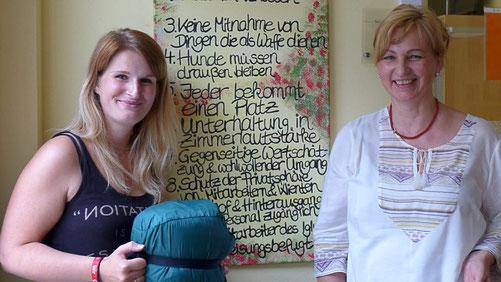 Foto: Anke Albert -----     Viola Weihe (links) und Leiterin Barbara Horn