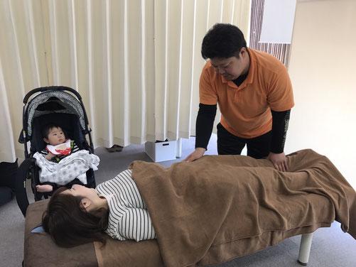松山市あさひ整体院産後の骨盤矯正は、子供さんと一緒に来れます。