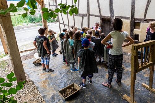 Les enfants découvrent le torchis