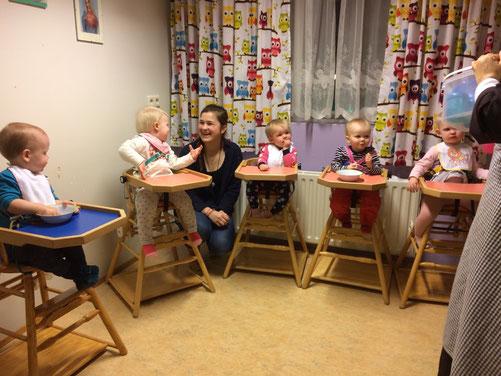 Miriam Schmelz mit den Kindern in der Kinderkrippe in Akureyri