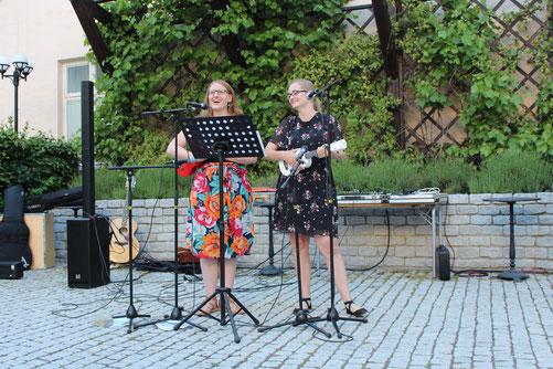 """Anna Nick und Maria Korten beim Auftritt mit dem """"Uppsala-Ukulelen-Chor"""""""