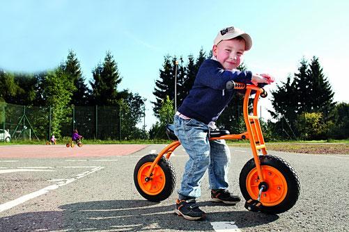 Kind mit Fahrzeug