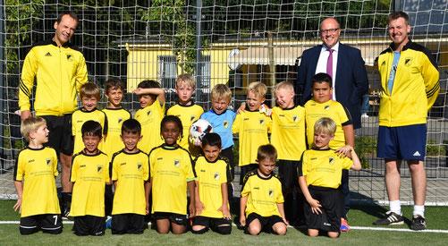 TuS Bambini 1 mit Trikotsponsor Marc Siebling und ihren Trainern. - Foto: dabu.