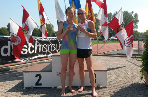 Elisabeth Pöltner-Holkovic (hier bei der Siegerehrung mit Gerald Holkovic) zeigt einmal mehr mit hervorragenden Leistungen auf! (Foto: H. Pallitsch)
