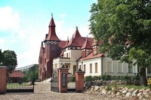 Nachdem Ludolf von Maltzahn 1895 sein Gutshaus um einen zweigeschossigen Anbau aus rotem Backstein erweitern ließ, beauftragte er wenig später Paul Korff mit dem Umbau des Teil des Hauses.