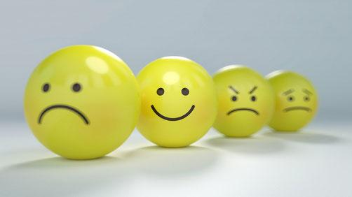 4-boules-jaunes-en-forme-d-emoticones-joie-colere-tristesse-degout-emotions
