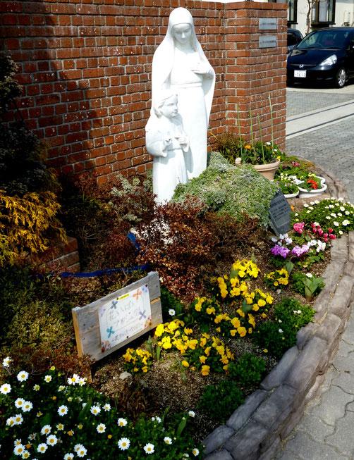 お花に囲まれ、穏やかなマリア様&イエス様