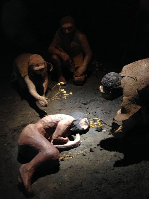 Reproducción de un entierro neanderthal.