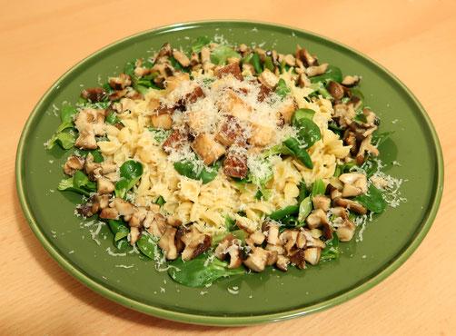 Saisonrezept März: Feldsalat, Pasta und Räuchertofu